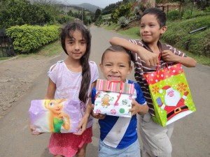 A few of the Costa Rican children with their gifts. Photo courtesy of Mauricio Perez/ facebook.com/soles2sarchi